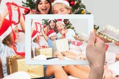 Zusammengesetztes Bild der Hand Tabletten-PC halten Lizenzfreie Stockfotos