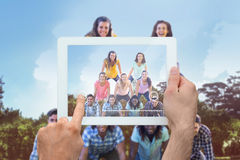 Zusammengesetztes Bild der Hand Tabletten-PC halten Stockfotos