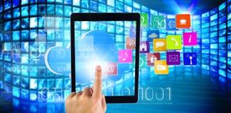 Zusammengesetztes Bild der Hand unter Verwendung des Tabletten-PC Stockfotos