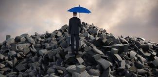 Zusammengesetztes Bild der hinteren Ansicht des Geschäftsmannes blauen Regenschirm und Aktenkoffer tragend stockfotos