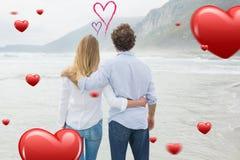 Zusammengesetztes Bild der hinteren Ansicht eines Paares, das Meer betrachtet Stockbilder