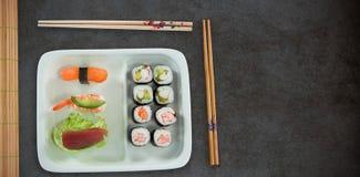 Zusammengesetztes Bild der hohen Winkelsicht des japanischen Lebensmittels mit Essstäbchen Stockbilder