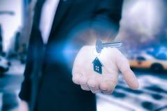 Zusammengesetztes Bild der hohen Winkelsicht des silbernen metallischen Schlüssels und des Haupt-keychain stockbild