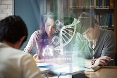 Zusammengesetztes Bild der Illustration von DNA Lizenzfreie Stockfotografie