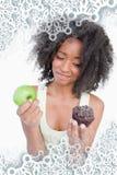 Zusammengesetztes Bild der jungen Frau kaum zögernd zwischen einem Muffin und einem Apfel Stockfotos