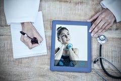 Zusammengesetztes Bild der jungen Frau mit den Nackenschmerzen, die weg schauen Lizenzfreies Stockbild