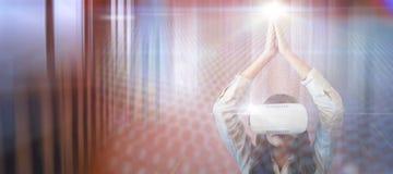 Zusammengesetztes Bild der jungen Frau Yoga beim Tragen von Gläsern der virtuellen Realität tuend Stockbild