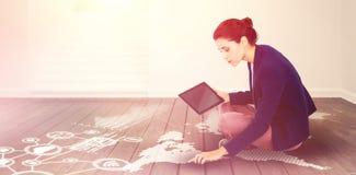 Zusammengesetztes Bild der jungen Geschäftsfrau digitale Tablette auf weißem Hintergrund halten stockfoto
