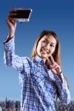 Zusammengesetztes Bild der lächelnden asiatischen Frau, die Foto mit Kamera macht Lizenzfreie Stockbilder