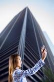 Zusammengesetztes Bild der lächelnden asiatischen Frau, die Foto mit Kamera macht Stockfotografie