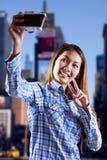 Zusammengesetztes Bild der lächelnden asiatischen Frau, die Foto mit Kamera macht Stockfotos