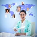 Zusammengesetztes Bild der lächelnden Geschäftsfrau Kenntnisse nehmend lizenzfreie stockfotos