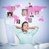 Zusammengesetztes Bild der lächelnden Geschäftsfrau mit den Händen hinter Kopf Stockbilder
