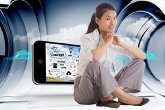 Zusammengesetztes Bild der lächelnden Geschäftsfrau zusammen sitzend mit den Händen Lizenzfreie Stockbilder