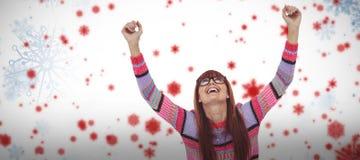 Zusammengesetztes Bild der lächelnden Hippie-Frau, die Laptop beim Hände darlegen verwendet Lizenzfreies Stockbild