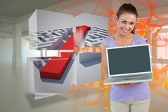 Zusammengesetztes Bild der lächelnden jungen Frau mit ihrem Laptop Stockbild