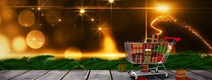 Zusammengesetztes Bild der Laufkatze voll der Geschenke Lizenzfreies Stockfoto