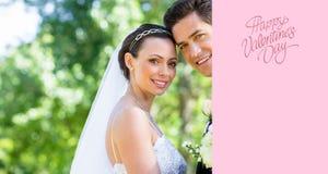Zusammengesetztes Bild der liebevollen Braut und des Bräutigams im Garten Stockfotos