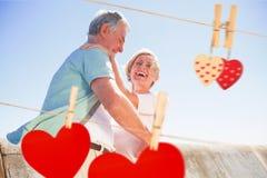 Zusammengesetztes Bild der älteren Frau ihren Partner umarmend Lizenzfreies Stockfoto