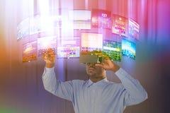 Zusammengesetztes Bild der Mannstellung beim Tragen des Simulators der virtuellen Realität Stockbild