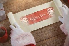 Zusammengesetztes Bild der Nahaufnahme der Weihnachtsmann-Öffnungsrolle Stockfotografie