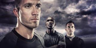 Zusammengesetztes Bild der Nahaufnahme des ernsten Rugbyspielers, der weg schaut Stockfotografie
