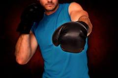 Zusammengesetztes Bild der Nahaufnahme eines entschlossenen männlichen Boxers konzentrierte sich auf Training Lizenzfreie Stockfotos