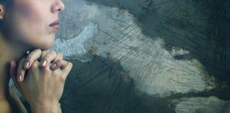 Zusammengesetztes Bild der Nahaufnahme der Frau betend mit den Verbindungshänden Stockfoto