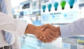 Zusammengesetztes Bild der Nahaufnahme schoss von einem Händedruck im Büro Stockfoto