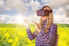 Zusammengesetztes Bild der recht zufälligen Arbeitskraft, die oculus Riss verwendet Lizenzfreie Stockfotos