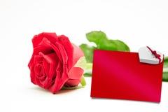Zusammengesetztes Bild der Rotrose mit Stiel und der Blätter, die auf Oberfläche liegen Stockbilder