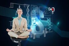 Zusammengesetztes Bild der ruhigen schicken Geschäftsfrau, die in Lotussitz auf Drehstuhl sitzt Lizenzfreie Stockfotografie