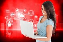Zusammengesetztes Bild der schönen Frau entspannend mit ihrem Laptop Stockbilder
