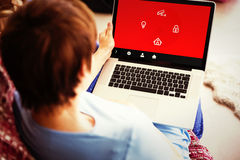 Zusammengesetztes Bild der schwangeren Frau, die ihren Laptop verwendet Lizenzfreies Stockfoto