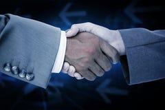 Zusammengesetztes Bild der Seitenansicht der Geschäftsvölker übergibt das Rütteln Stockfoto