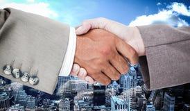 Zusammengesetztes Bild der Seitenansicht der Geschäftsvölker übergibt das Rütteln Stockbild