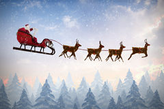 Zusammengesetztes Bild der Seitenansicht Weihnachtsmann-Reitens auf Pferdeschlitten während des Weihnachten stockbilder