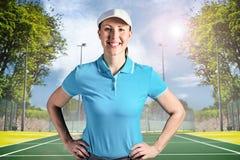 Zusammengesetztes Bild der Sportlerin aufwerfend auf schwarzem Hintergrund Lizenzfreies Stockbild