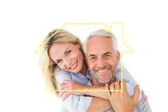 Zusammengesetztes Bild der Stellung und des Umarmens des glücklichen Paars Stockfotografie