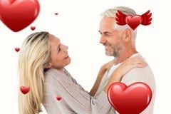 Zusammengesetztes Bild der Stellung und des Umarmens des glücklichen Paars Stockbilder