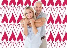 Zusammengesetztes Bild der Stellung und des Umarmens des glücklichen Paars Stockfoto