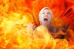 Zusammengesetztes Bild der Umkippenfrau schreiend mit den Händen oben Stockbild