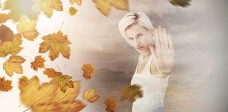 Zusammengesetztes Bild der verärgerten recht blonden Vertretung ihre Hand Stockfotografie