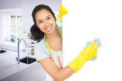 Zusammengesetztes Bild der weißen Reinigungsoberfläche der netten Frau Lizenzfreie Stockfotos