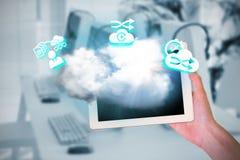 Zusammengesetztes Bild der weiblichen Hand Tablette halten Lizenzfreie Stockbilder