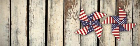 Zusammengesetztes Bild der Zusammensetzung des Bildes 3d des Feuerrads mit Muster der amerikanischen Flagge Lizenzfreie Stockbilder