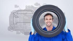 Zusammengesetztes Bild des überzeugten Mechanikers schauend durch Reifen Stockfoto