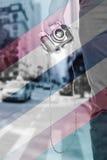 Zusammengesetztes Bild des Abschlusses herauf die Ansicht der Mannhand Retro- Fotokamera halten lizenzfreie stockfotos