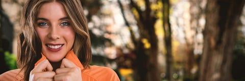 Zusammengesetztes Bild des Abschlusses herauf Porträt der glücklichen jungen Frau Lizenzfreie Stockbilder