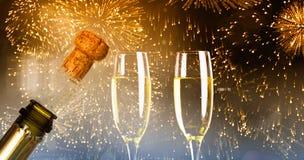 Zusammengesetztes Bild des Abschlusses oben des Champagnerkorkenknallens Lizenzfreie Stockfotos